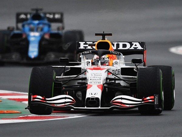 Max Verstappen berusaha keras finish kedua di Istanbul Park.