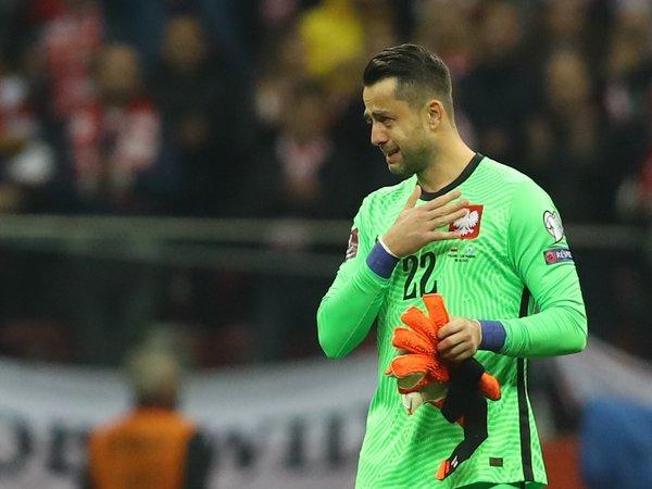 Lukasz Fabianski tak kuasa membendung air matanya saat memainkan laga terakhir bersama Timnas Polandia (10/10) / via AFP