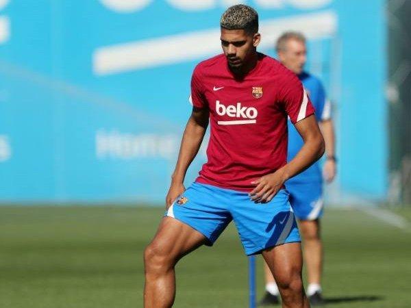 Ronald Araujo kembali ke Barcelona dengan mengalami cedera.