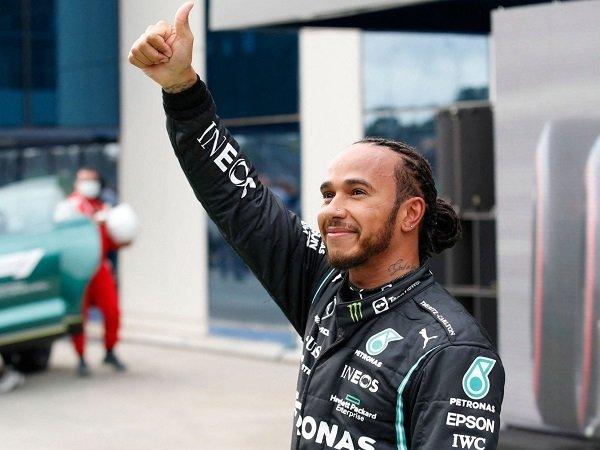 Lewis Hamilton bantah marahi kru Mercedes soal strategi di GP Turki.
