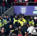 Suporter Hungaria Bentrok dengan Polisi Inggris di dalam Wembley