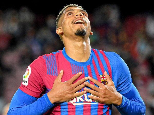 Ronald Araujo bakal absen saat Barcelona hadapi Valencia.